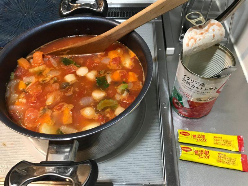 トマト缶とコンソメを入れる図