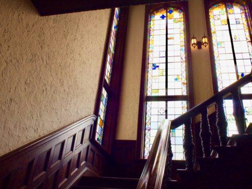ステンドグラスが素敵な階段