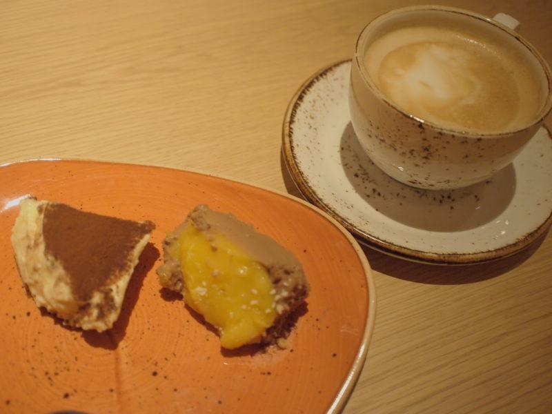 デザートの盛り合わせとコーヒー