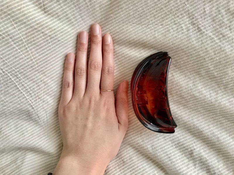 ハーフムーンヘアクリップを手のサイズと比較