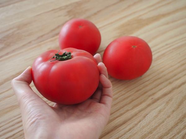 赤く熟したトマト