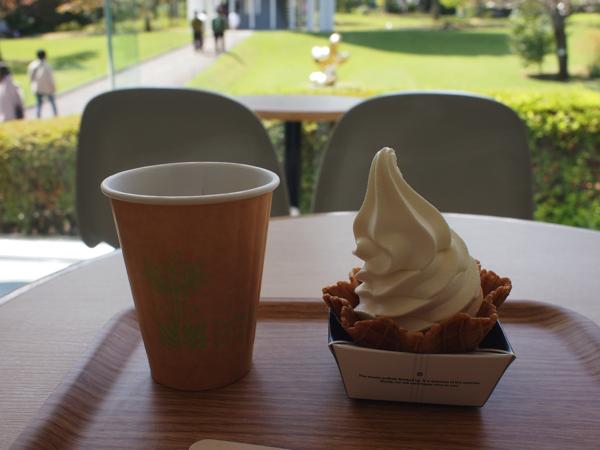 ソフトクリームとホットコーヒー
