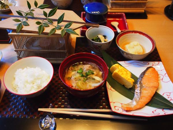 焼き魚や玉子焼きといった和食の朝ごはん